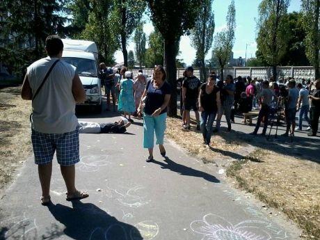 У столиці протестуючі проти забудови скверу перекрили дорогу