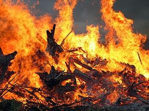 В Киеве страшный пожар на рынке у метро Героев Днепра