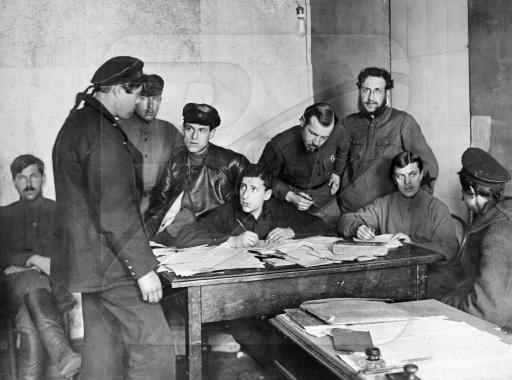 Чим комунари відплатили морякам за допомогу в революції.