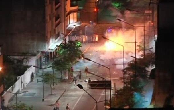 Полиция применила слезоточивый газ против демонстрантов в Каракасе