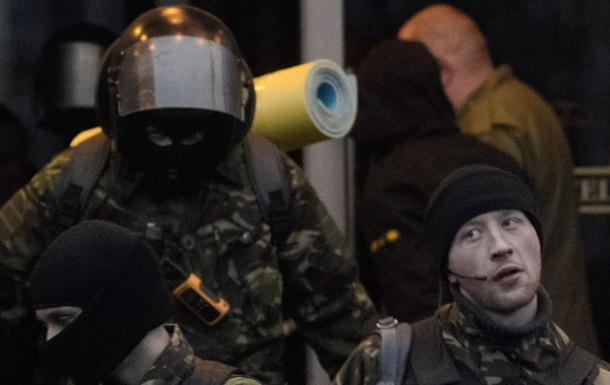 С вещами на выход. Фото бойцов Правого сектора, покидающих гостиницу Днепр