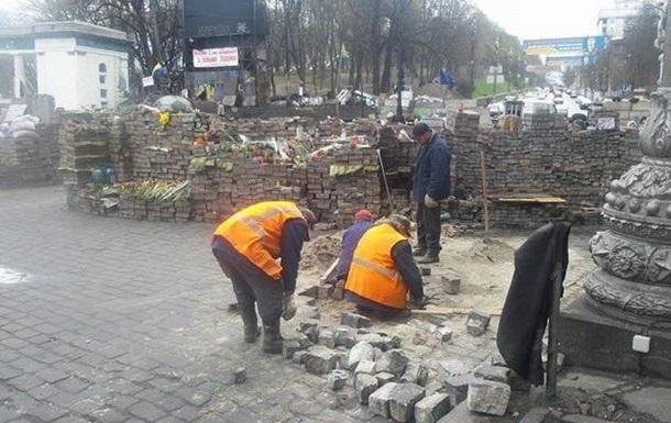 На Грушевского убрали часть баррикад и ремонтируют колоннаду стадиона