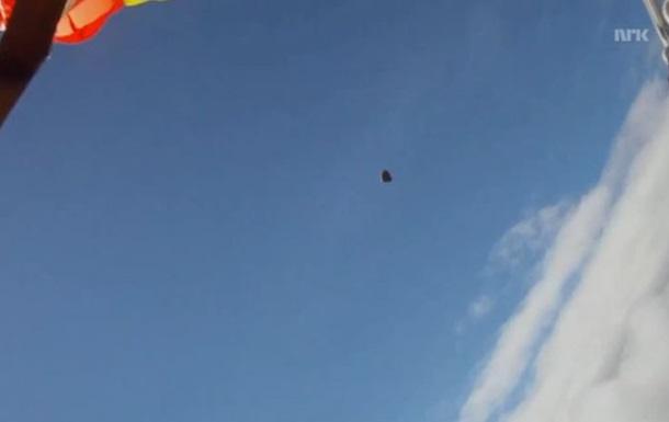 В сети появилось видео, как парашютиста едва не задело метеоритом