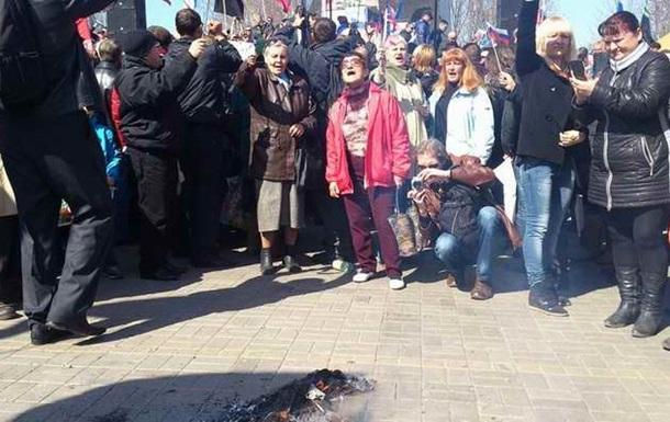 Участники пророссийского митинга в Донецке сожгли чучело Бандеры