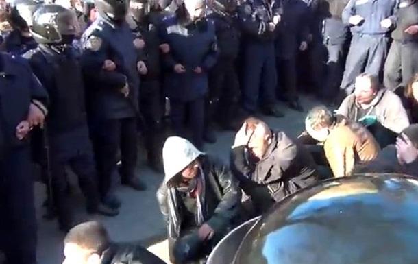 Ползти на коленях!  Участникам провластного митинга в Харькове устроили  коридор позора