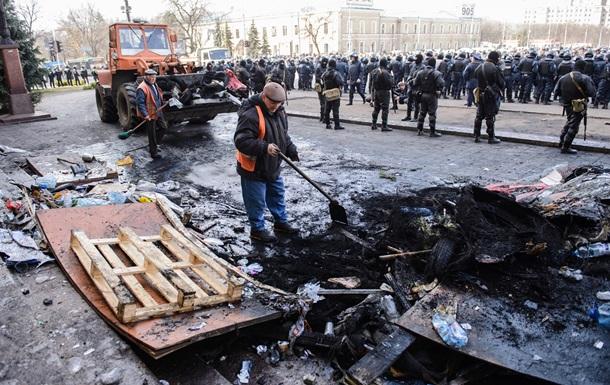 В Донецке, Луганске и Харькове люди захватили здания ОГА и СБУ