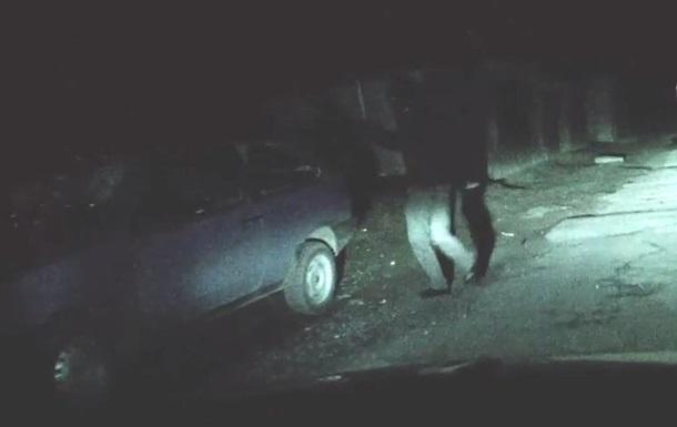 Не хохлы  бьют машину  бандеровцев  в Донецке