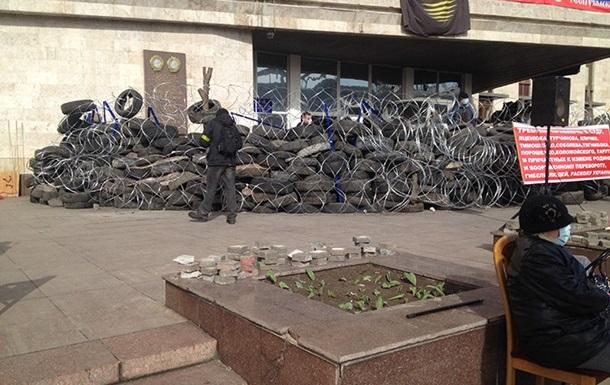У Донецкой ОГА укрепили баррикады и установили флаг России