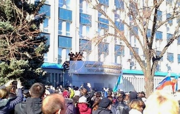 Захватчики луганского СБУ ожидают штурма бронетранспортерами