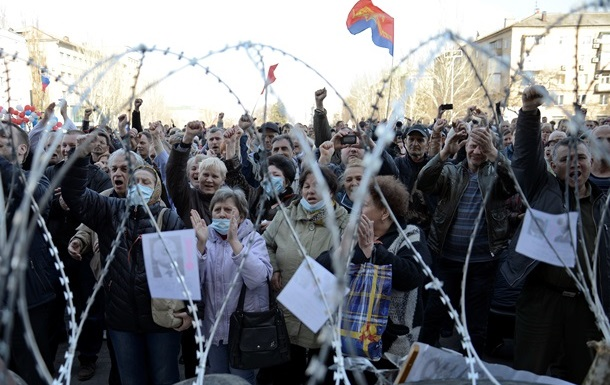 На митинге в Донецке признали независимость Крыма и попросили признать Донецкую республику