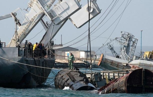 В Крыму россияне поднимают затопленные корабли