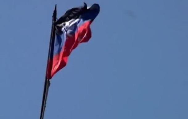 В Шахтерске над зданием горсовета установили флаг Донецкой Республики