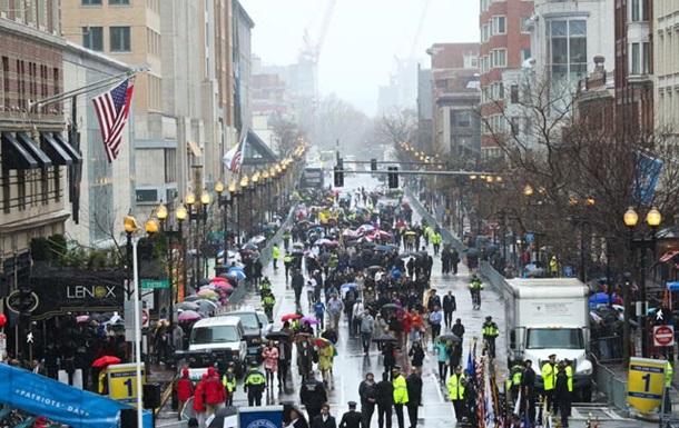В годовщину теракта в Бостоне босой мужчина оставил два подозрительных рюкзака у финишной черты марафона