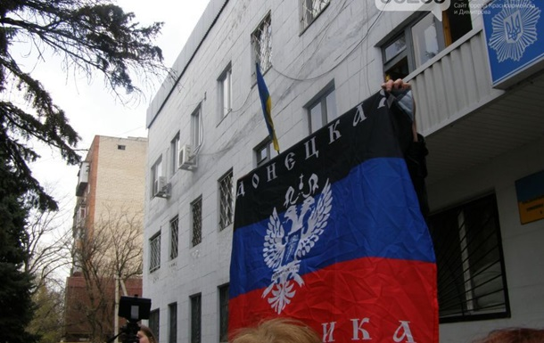 В Новоазовске и Красноармейске подняли флаги Донецкой республики