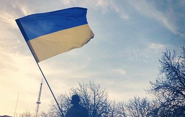 В Луганске памятник Ленину украсили флагом Украины