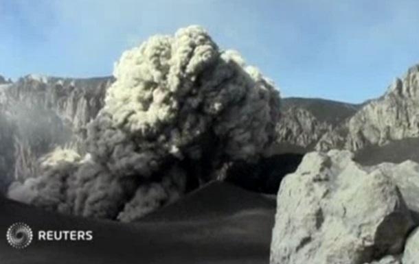 Перуанский вулкан Убинас засыпал пеплом 10 деревень