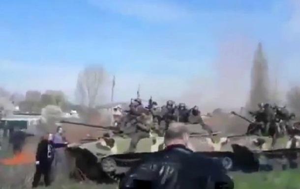 Женщина в Краматорске остановила колонну бронетехники