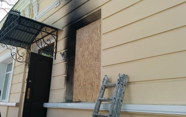 В офис Единой России в Симферополе бросили коктейль Молотова