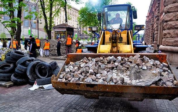 В центре Киева полностью убирают баррикады