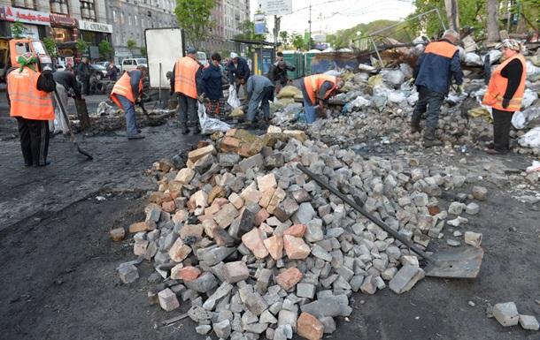 Время собирать камни. В Киеве начали разбирать баррикады
