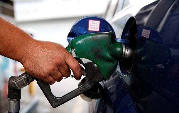 На украинских АЗС начал дешеветь бензин