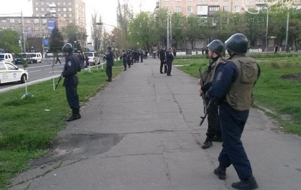 Представители Правого сектора ворвались утром в здание горсовета Мариуполя и избили протестующих – российские СМИ