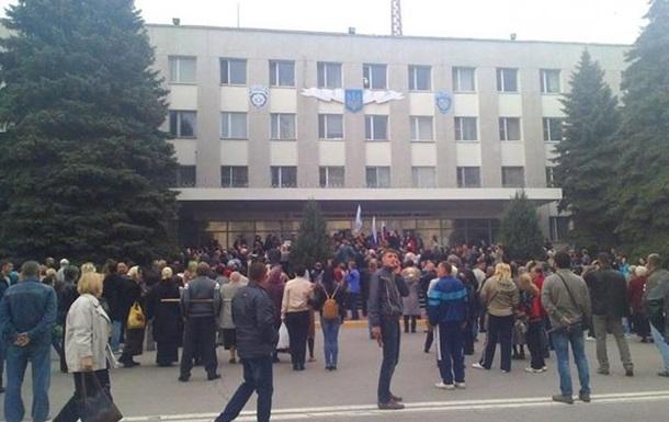 В Луганске захватили облпрокуратуру и двигаются к областному МВД