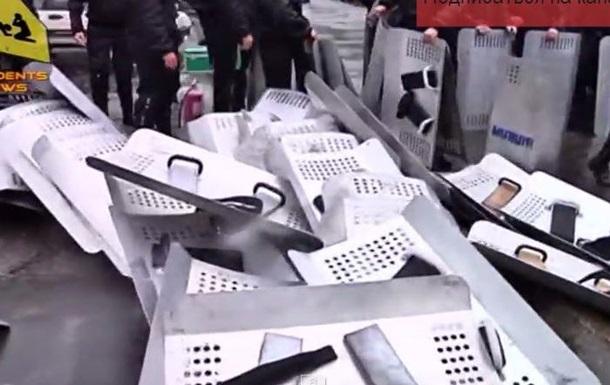В сети появилось видео, как одесские милиционеры  сдавали  УВД штурмовикам