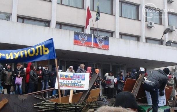 Возле здания горсовета в Мариуполе разбирают баррикады