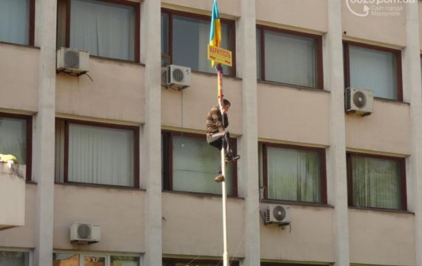 Над Мариупольским горсоветом вывесили флаг Украины