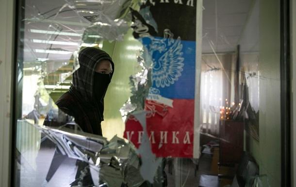 В Мариуполе возле Приморского райотдела милиции проходит митинг, слышны выстрелы – СМИ