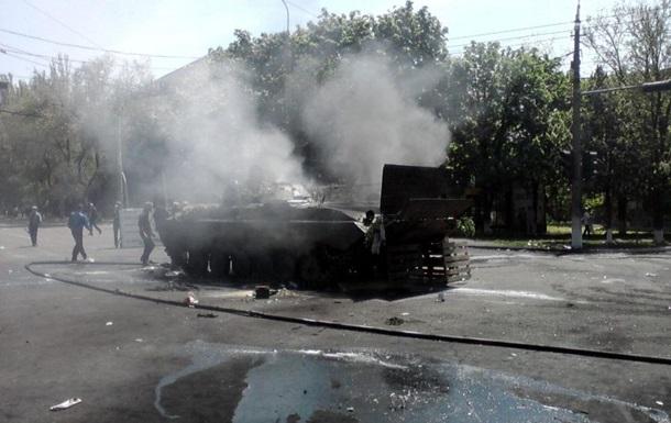 В центре Мариуполя слышны выстрелы и взрывы, горит БМП