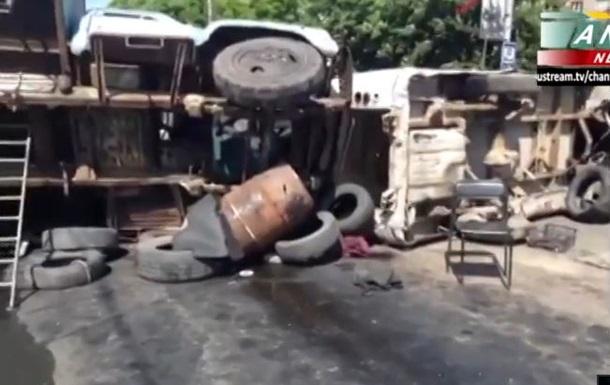 В Мариуполе построили баррикаду из автомобилей