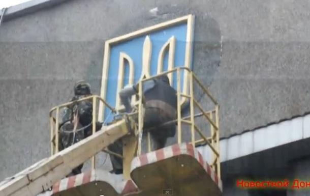 В Макеевке с исполкома сняли герб Украины