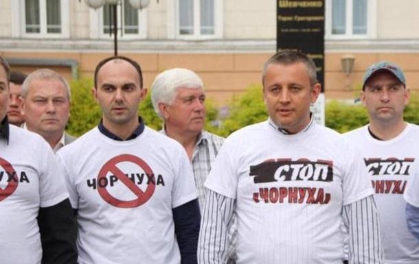 Вінницькі депутати одягли футболки  Стоп - чорнуха  і вийшли на Євромайдан