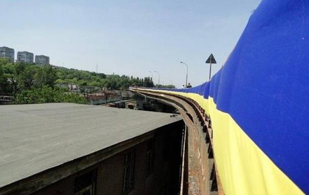 На эстакаде Одесского порта появился огромный флаг Украины