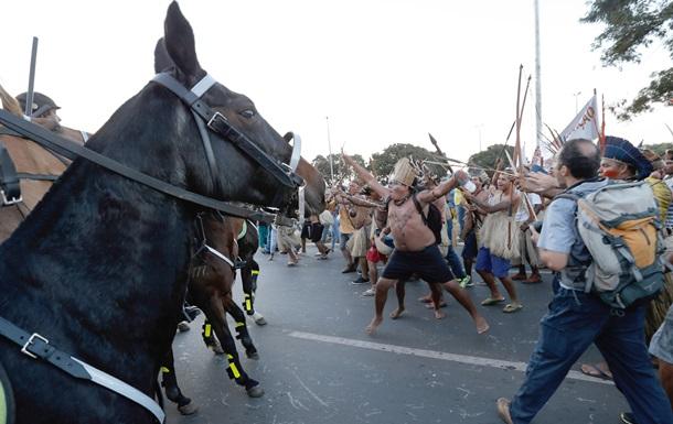 Бразилиа: индейцы и бездомные против футбола
