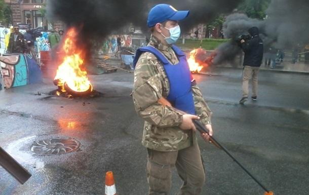 На Майдане подожгли шины и бросают на асфальт коктейли Молотова