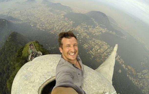 Головокружительное селфи. Турист сфотографировался на вершине статуи Христа в Рио
