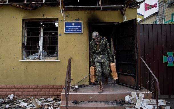 Захваченная ополченцами погранчасть в Луганске - видео