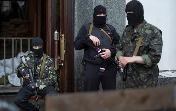 В Красном Луче вооруженные люди захватили здание, которое принадлежит Налоговой инспекции