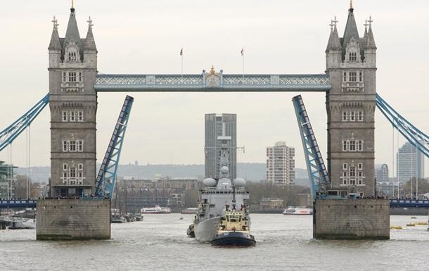 В Лондоне теплоход с туристами врезался в Тауэрский мост