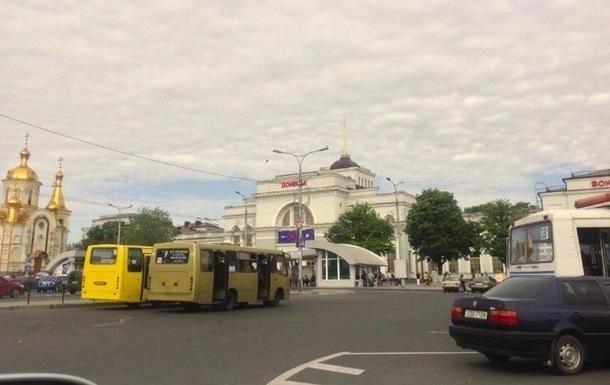 Коммунальщики в Донецке расчищают площадь возле ОГА