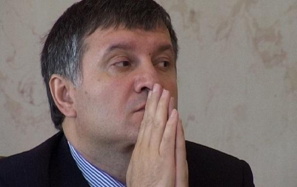 Через захваченные пункты пропуска в Украину идут колонны военной техники - Аваков