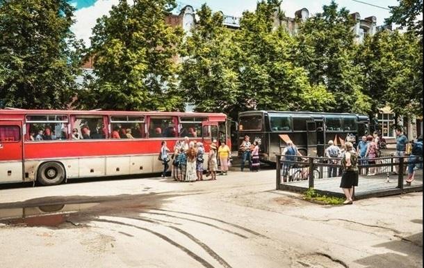 На выезде из Славянска неизвестные обстреляли два автобуса с детьми - СМИ