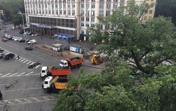 На Майдане старые баррикады меняют на новые из бетонных плит