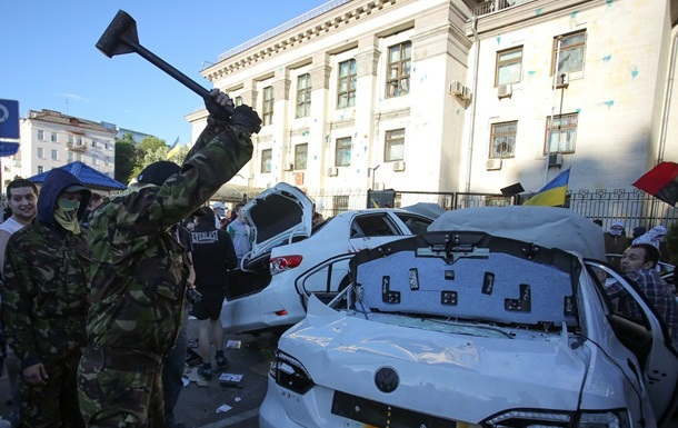 Итоги воскресенья: беспорядки под посольством РФ и гуманитарная катастрофа на Донбассе