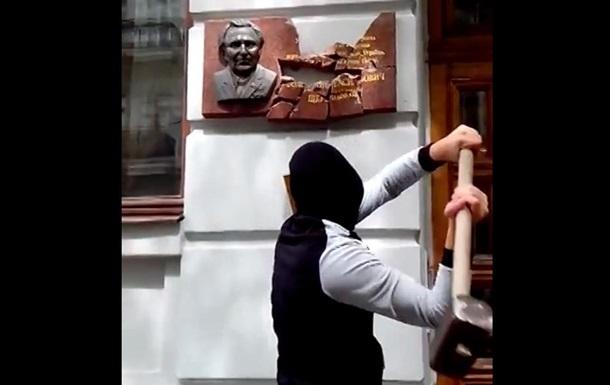 В Одессе вандалы разбили мемориальную доску Щербицкому