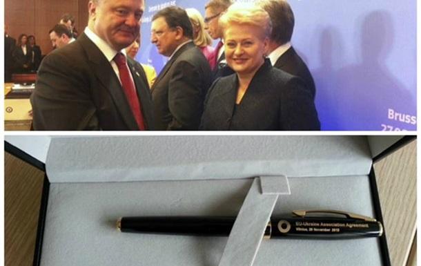 Порошенко подписал Соглашение с ЕС ручкой Януковича
