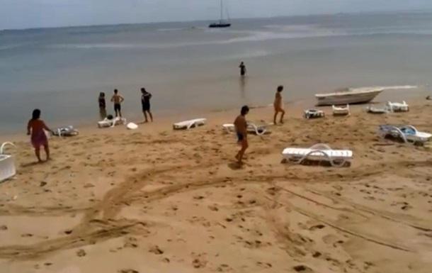 На одесский пляж обрушилось цунами и смыло 15 отдыхающих